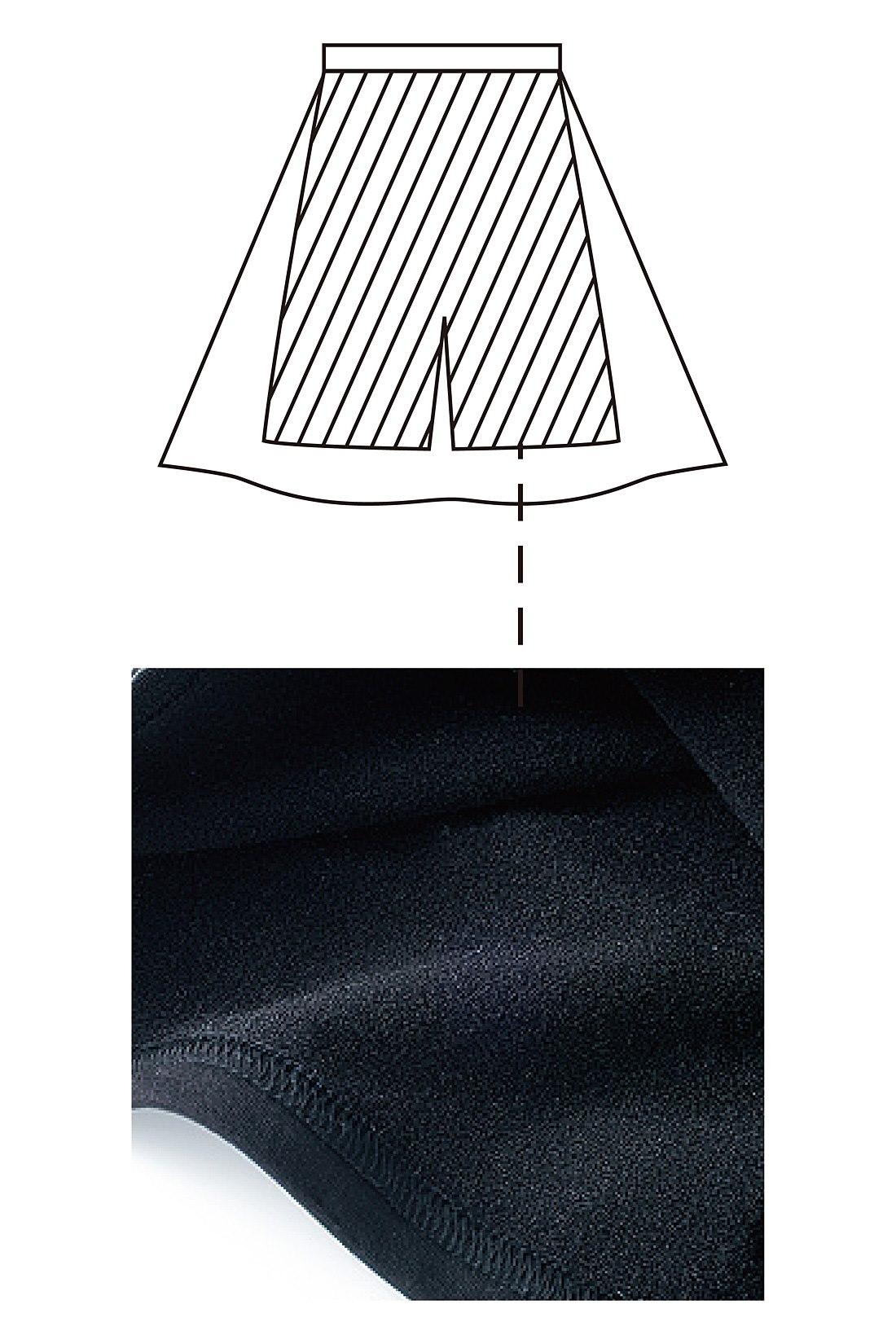 ひざ上丈の裏起毛インナーパンツ内臓で、スカート着用時の「スースー感」を解消。タイツとの重ねばきもOK。