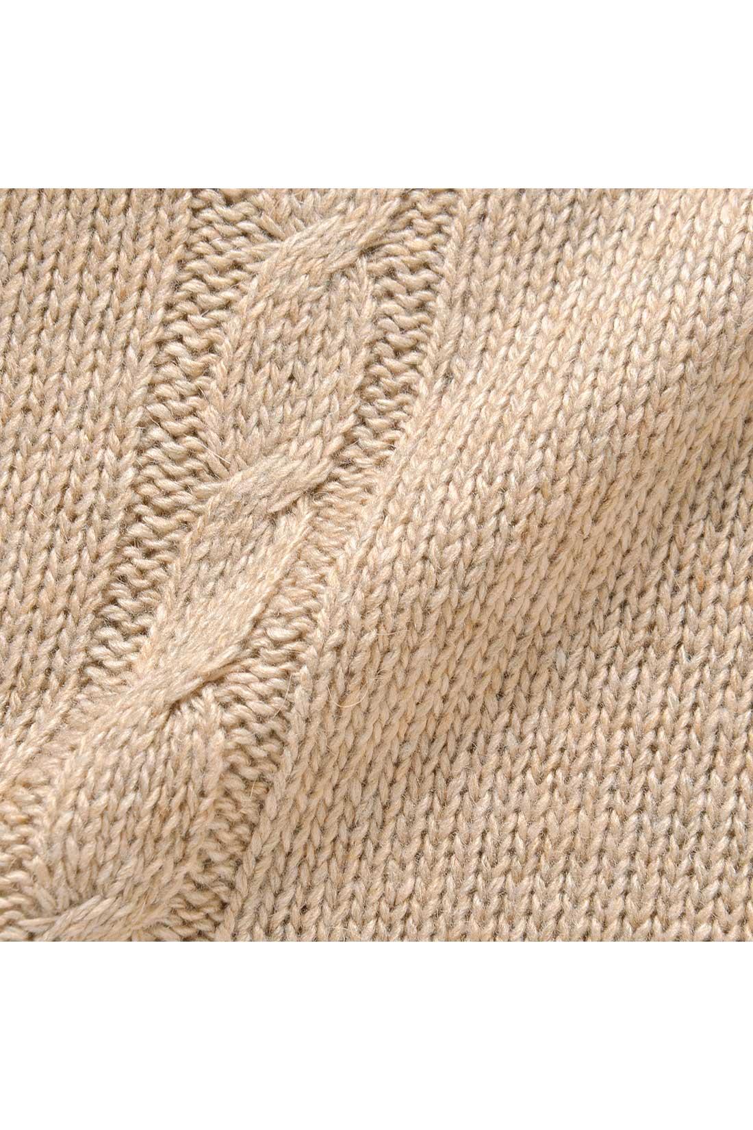 細く短い毛を集め、毛足が出ることをおさえたのが「ディヘアアンゴラ」。このチクチクしにくく抜けにくいディヘアアンゴラを混ぜたぜいたくな五斜混素材は暖かで、家で洗えてケアも手軽。