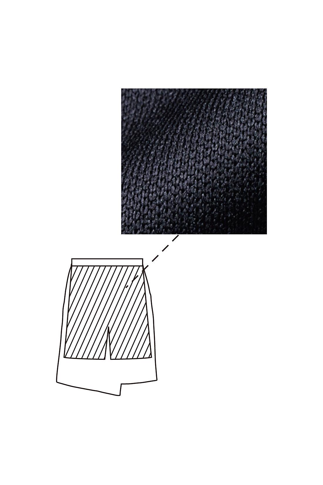 伸びやかなカットソー素材のインナーパンツ付き。タイツの上からはいてもOKなゆとり設計。