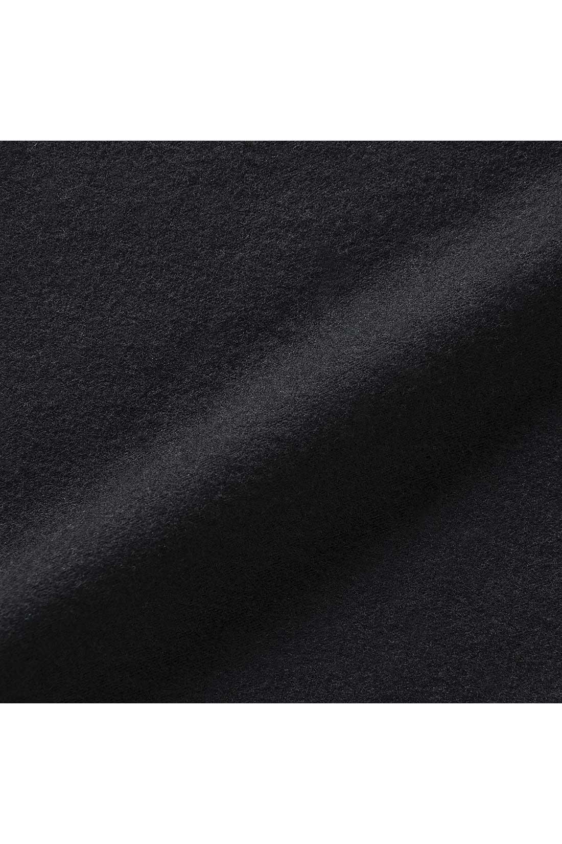 きめ細かく滑らかな綿混素材の裏起毛の肌ざわりのよさにうっとり。ほどよい厚みで、アウターにもひびきません。