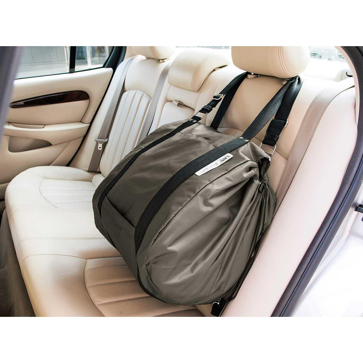 ヘッドレストに掛けておけばブレーキやカーブでも荷物が転がらない。