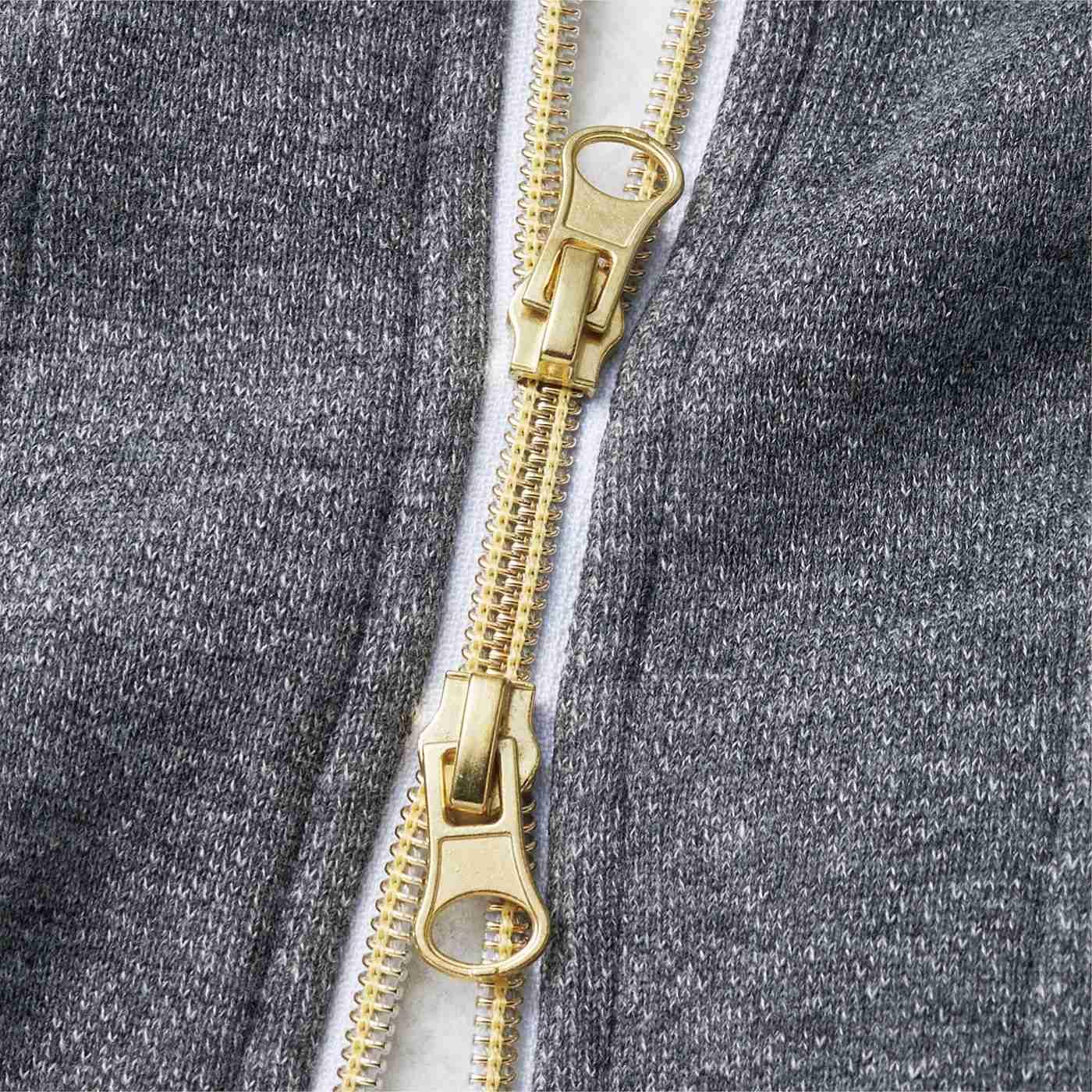 すそが開閉できる女性らしいゴールドカラーのダブルジップですっきり見せ&脚さばきも◎。