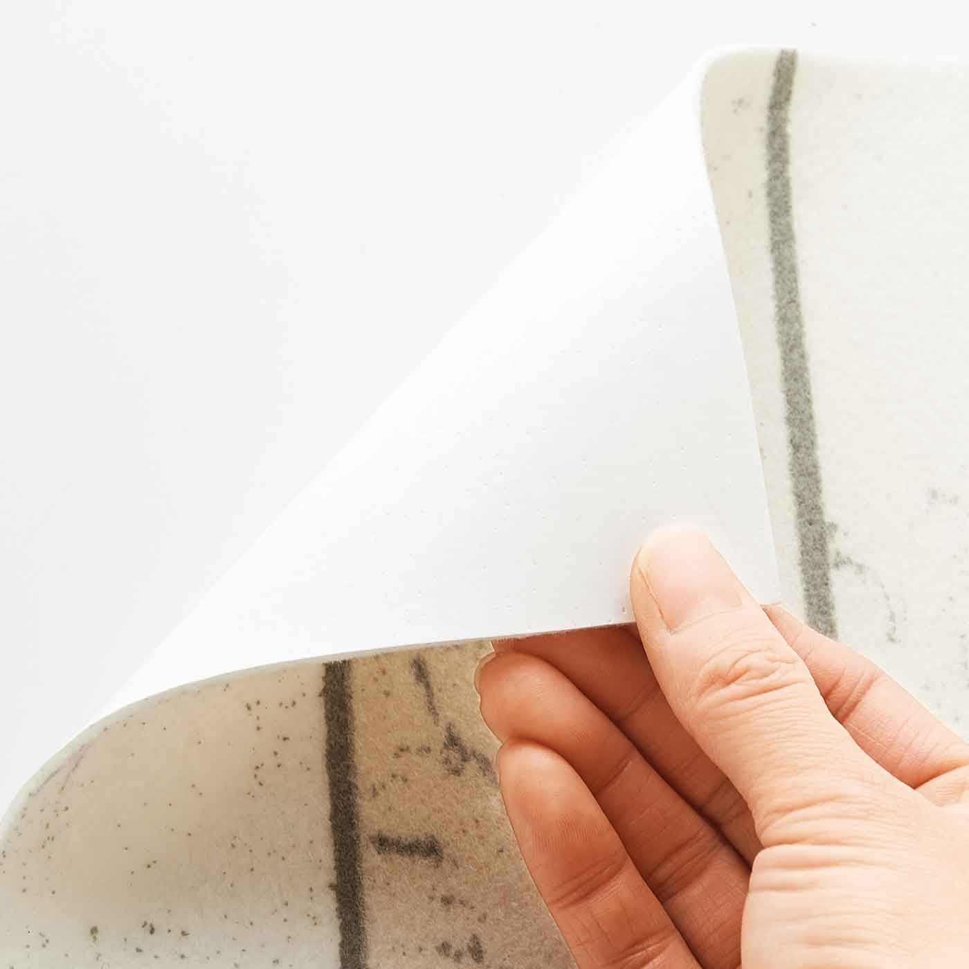 裏面は貼ってはがせるアクリル樹脂の吸着仕様。