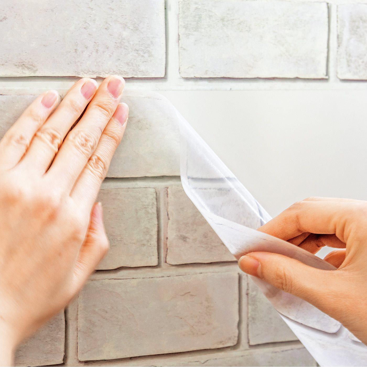 作業時に空気だまりしにくく、貼り直しも簡単な粘着加工。