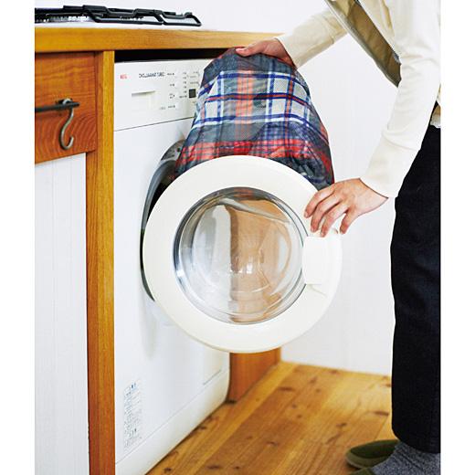 持ち手をファスナーの中に入れて閉じれば、入れ替えることなくそのまま洗濯OK。
