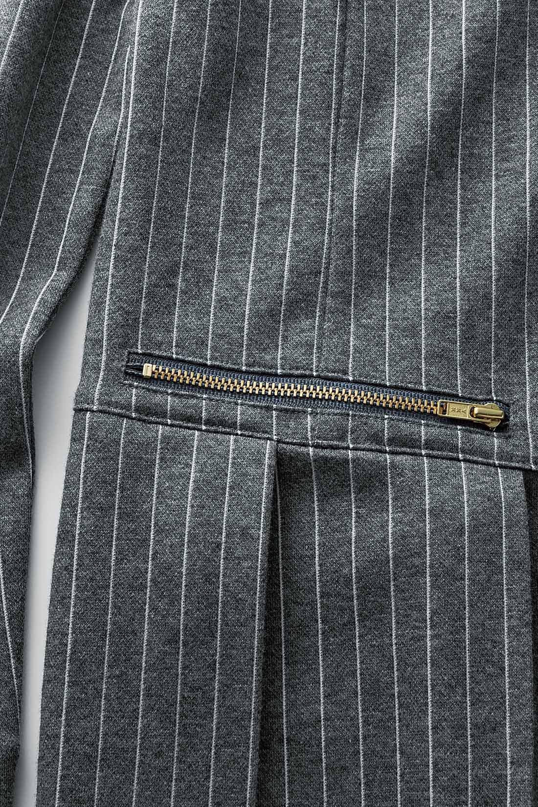 ゴールドジップのポケット風デザインがポイント。