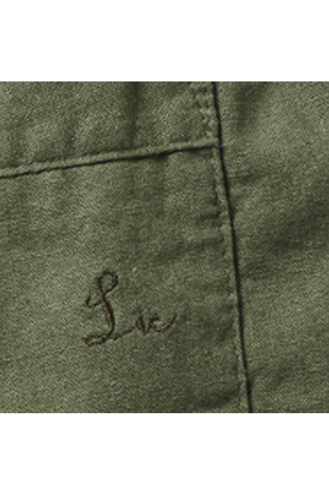 美尻見せポケットに刺しゅうのアクセント。 ※お届けするカラーとは異なります。