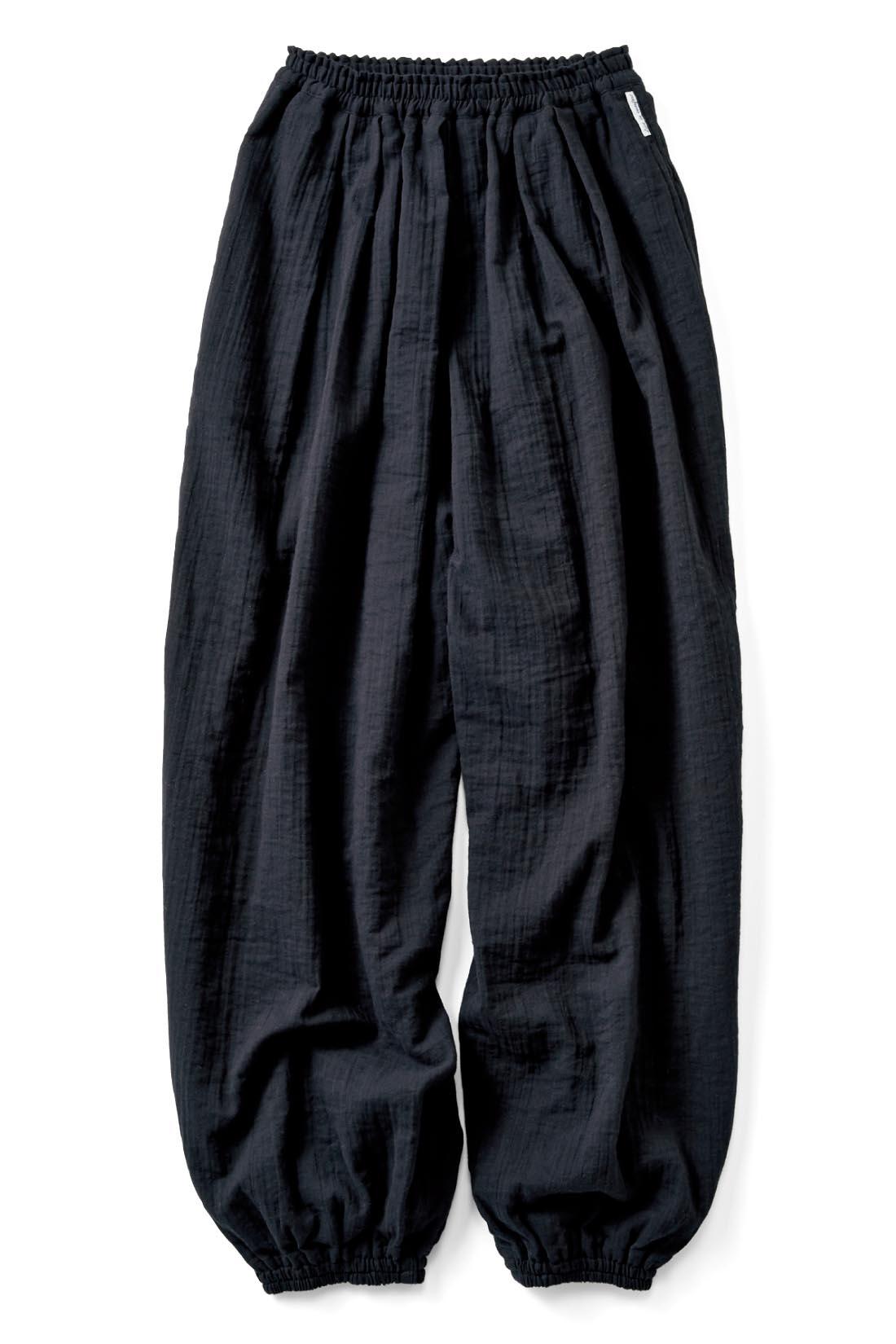 ほんのりモードな【ブラック】 すそのゴムは、ほどよいフィット感でやさしい肌当たり。 ウエスト総ゴムのリラックス仕様に、サイドポケットのタグもおしゃれ。