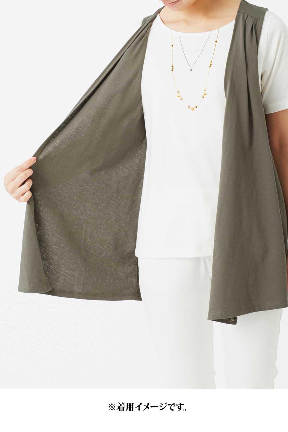 本当に重ねたように見える、ジレとTシャツのドッキング仕様。 ※着用イメージです。お届けするカラーとは異なります。