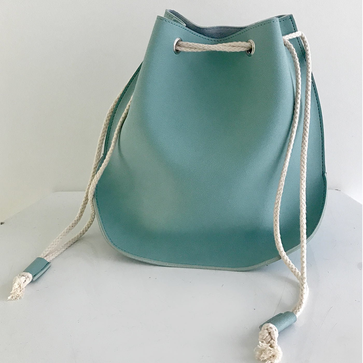 IEDIT[イディット] SELECT ロープがポイント一枚仕立てのフェイクレザー巾着バッグ 6918213