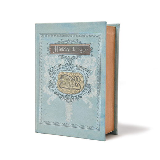 フランス語で「白鳥物語」と書かれた本型のボックスは、散らかりやすい小物の整理整とんに便利。玄関先なら、カギや手紙のまとめ収納に。(約22×16×7cm、MDF・綿など)