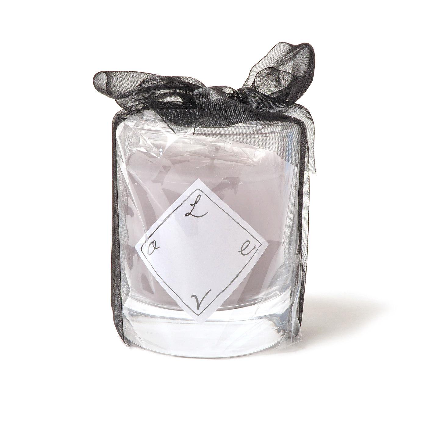 上品なグレイッシュパープルの色合いにやさしいラベンダーの香り。(直径約8cm、高さ約9cm、ソーダガラス、パラフィンなど)。