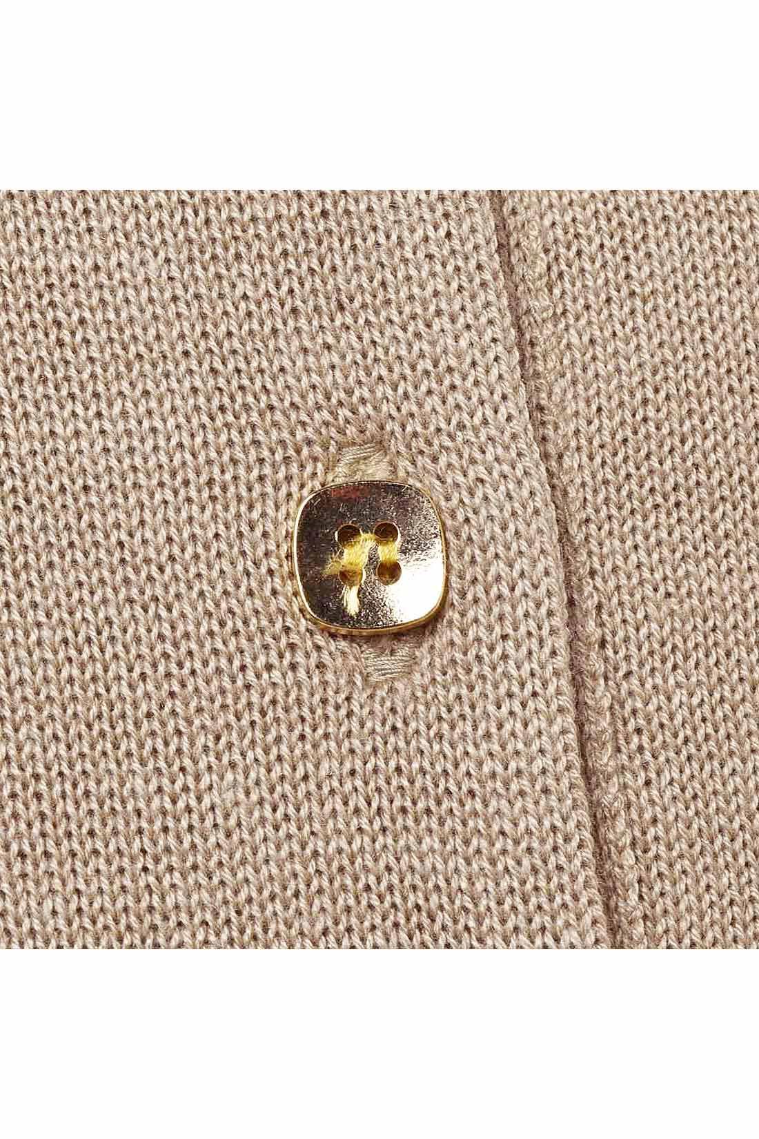 [カフェオレ]金ボタンがキラリ。やや薄手のニットです。