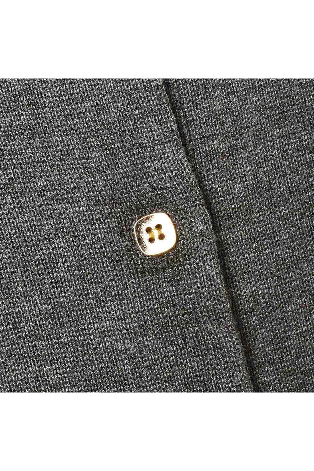 [グレー]金ボタンがキラリ。やや薄手のニットです。