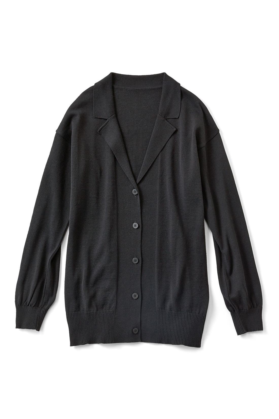 [ブラック]袖口やすそはリブ遣いですっきり。衿が付いているだけで、きちんと見えるから不思議です。