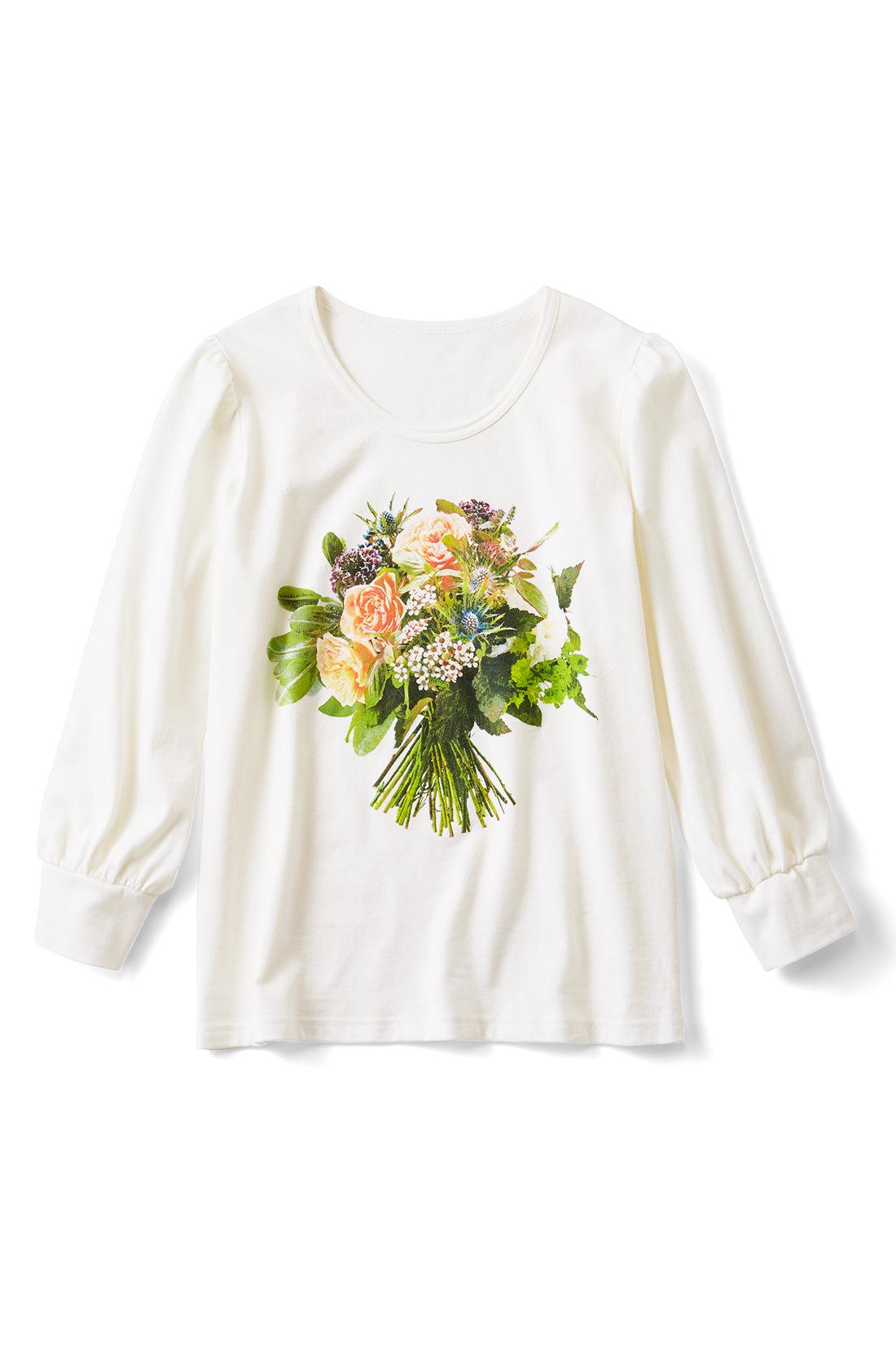 [ホワイト]手を添えれば花束を持っているみたい。袖はギャザーでぷっくりかわいい。