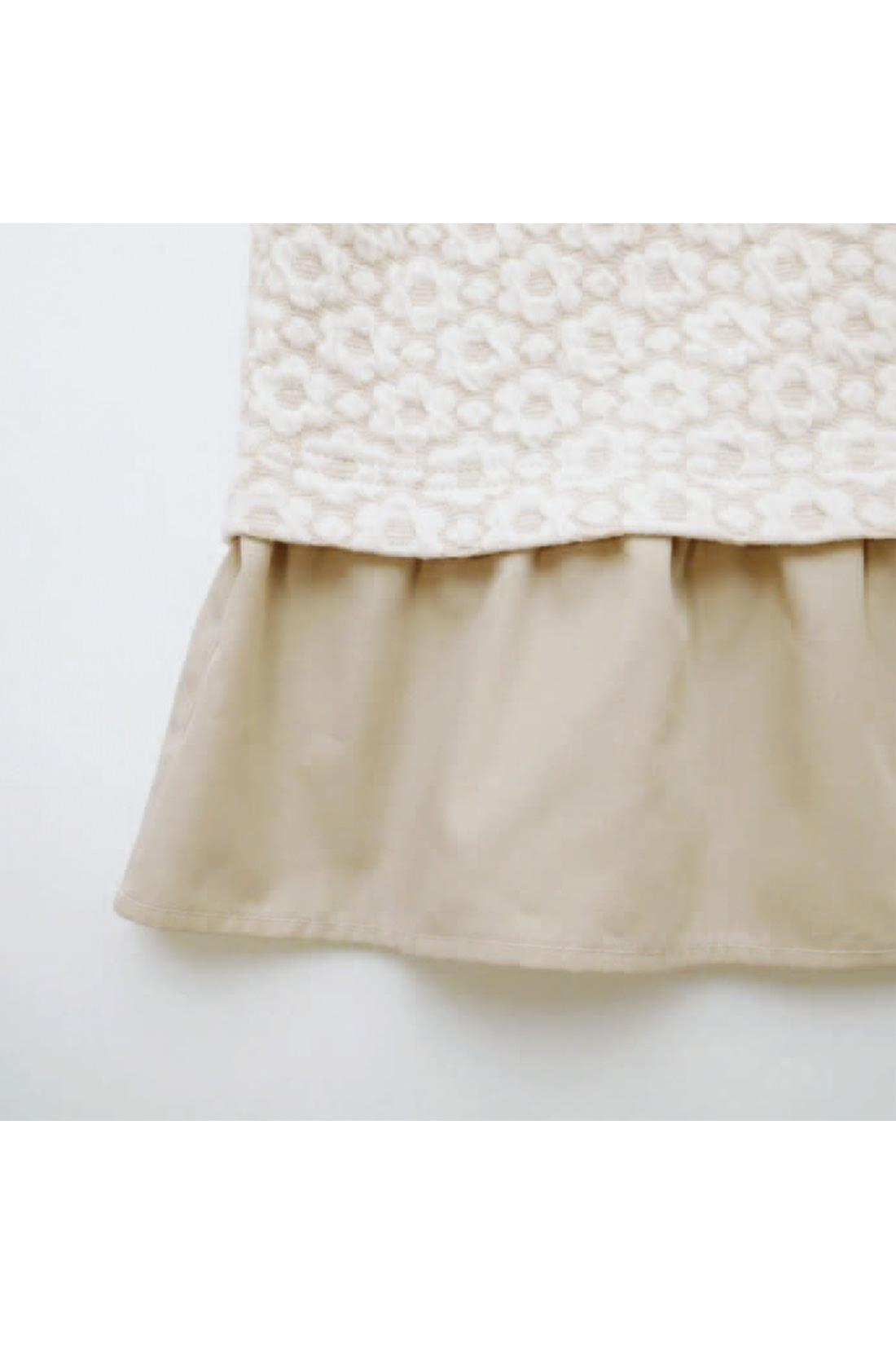 [衿とすそのフリルは。]布はく素材だから、本体がカットソーなのに、なんとなくきちんとした印象。