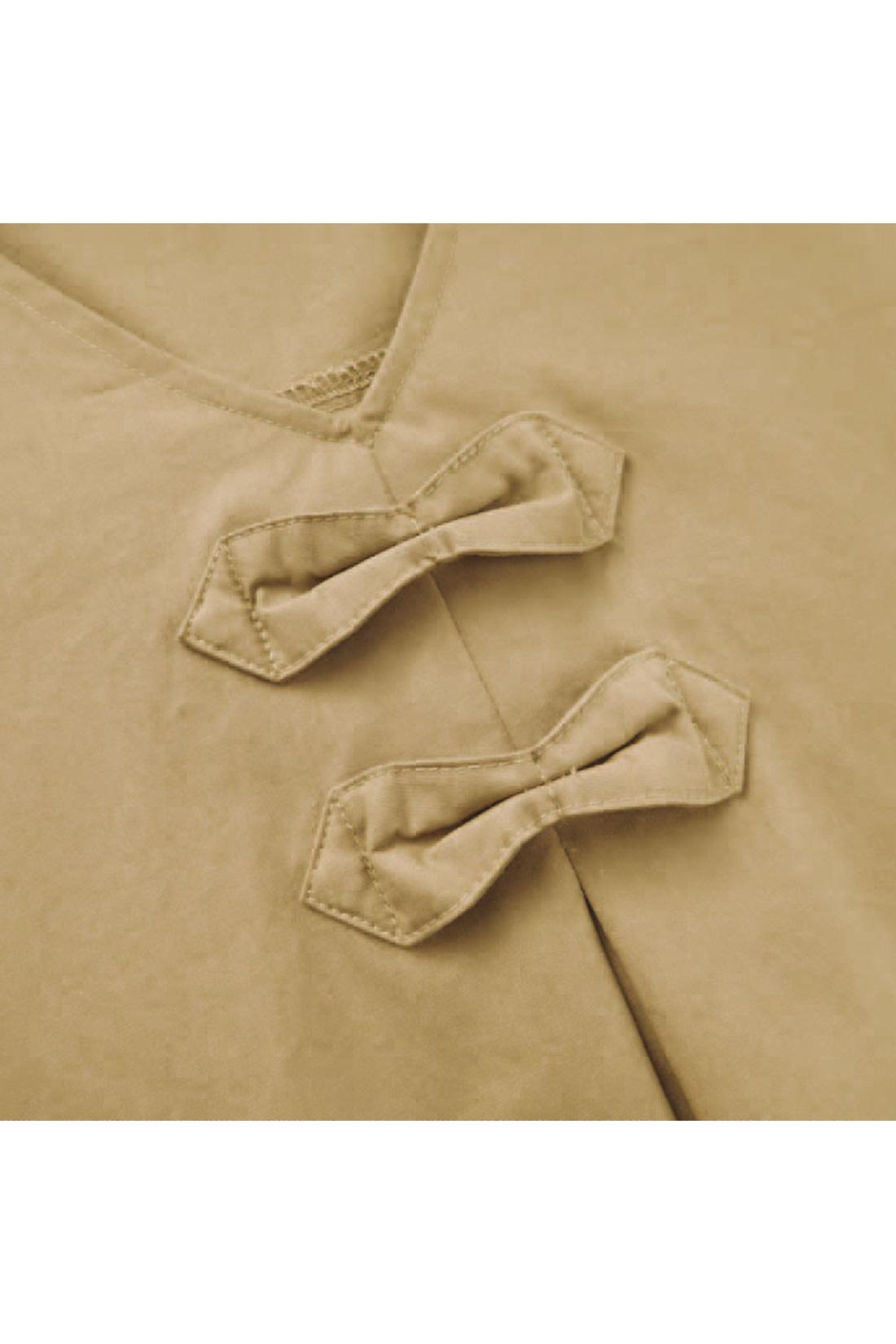 [アリでもナシでも。]リボンの形をしたタブが胸もとにかわいいアクセント。スカーフを通さなくってもかわいいでしょ。