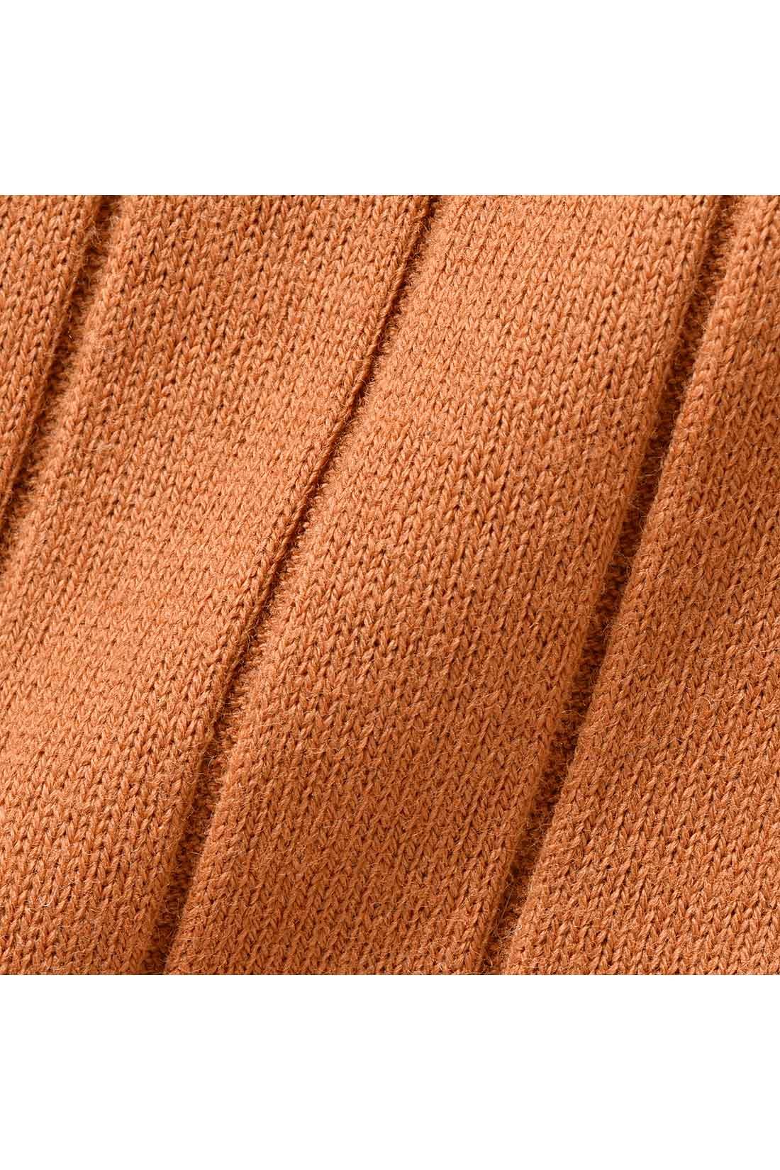 ニットライクなワイドリブカットソー。 縦目線の細見え効果と適度なフイット感できれいなボディーラインを演出。適度な張りと厚みのある、しなやかな肌当たりの綿混素材。