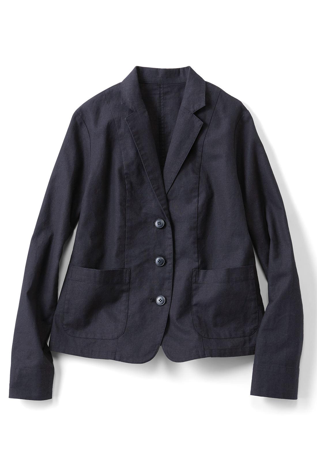 麻混素材のくったり感が◎。かっちりしすぎず、ラフに着られます。麻混素材らしい黒すぎない黒がいい感じ。通気性がいいので着心地◎。