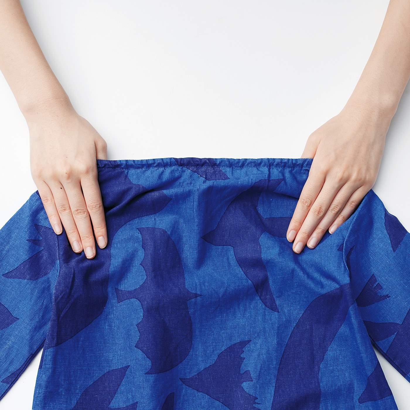衿の後ろはゴム使用で、すぽんとかぶって着られます。
