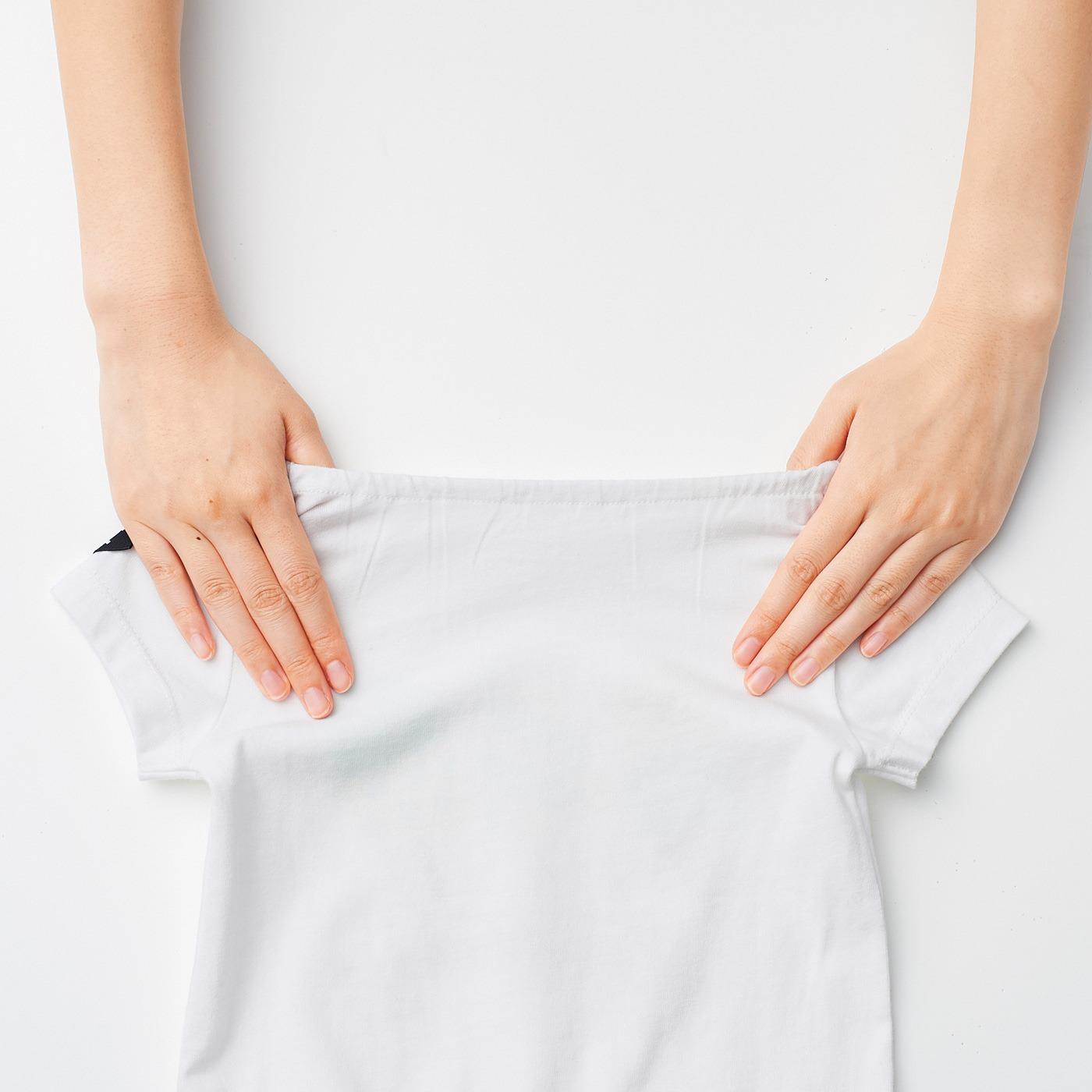 衿ぐりの後ろはゴム仕様だから、お着替えが簡単!