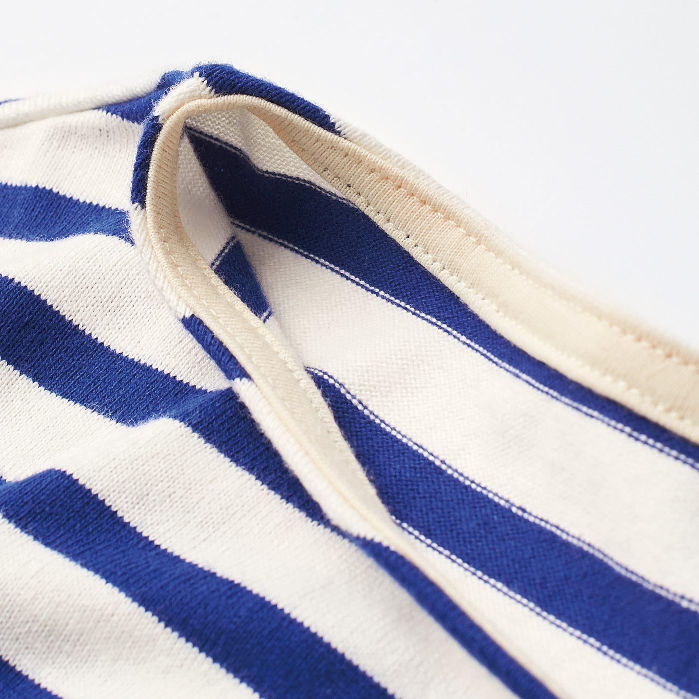 さらりと着て様になるボードネック。衿の裏側にテープを裏打ちすることで、首もとのよれや伸びを防止。