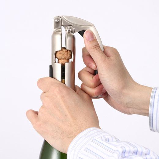 これは参考画像です。オープナーごとボトルネックをしっかりと握ります。
