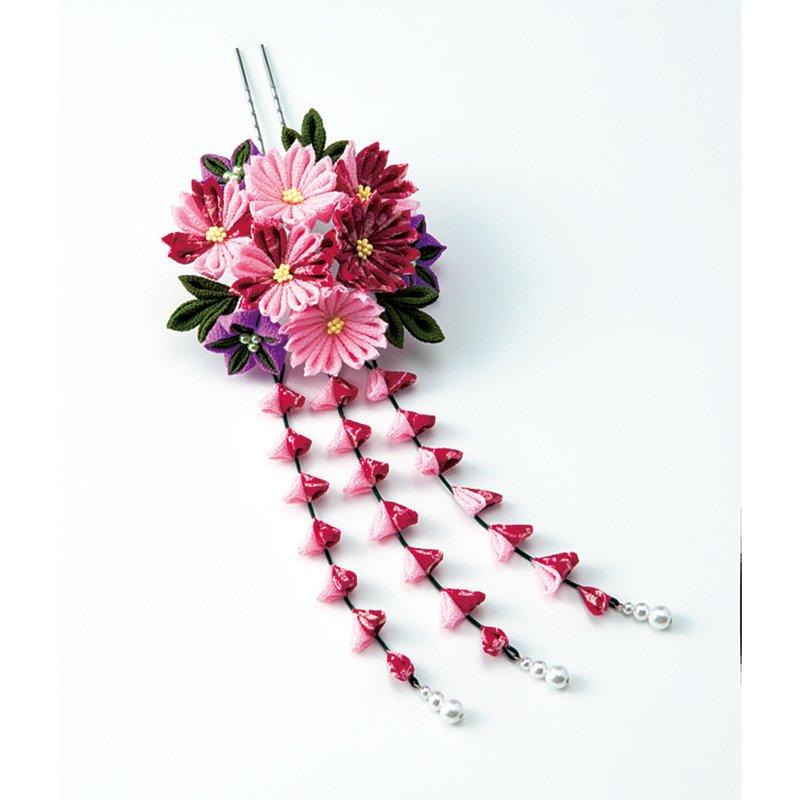 絢爛(けんらん)なお花の共演 藤下がりが優美なちりめんつまみ細工の花カンレンダー