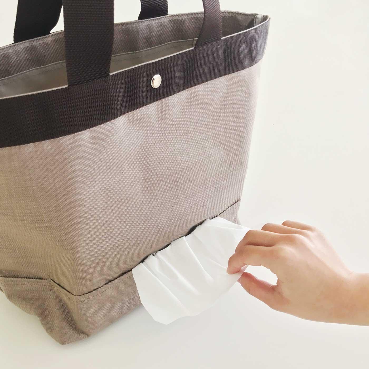 バッグの外側からティッシュを引き出せます。