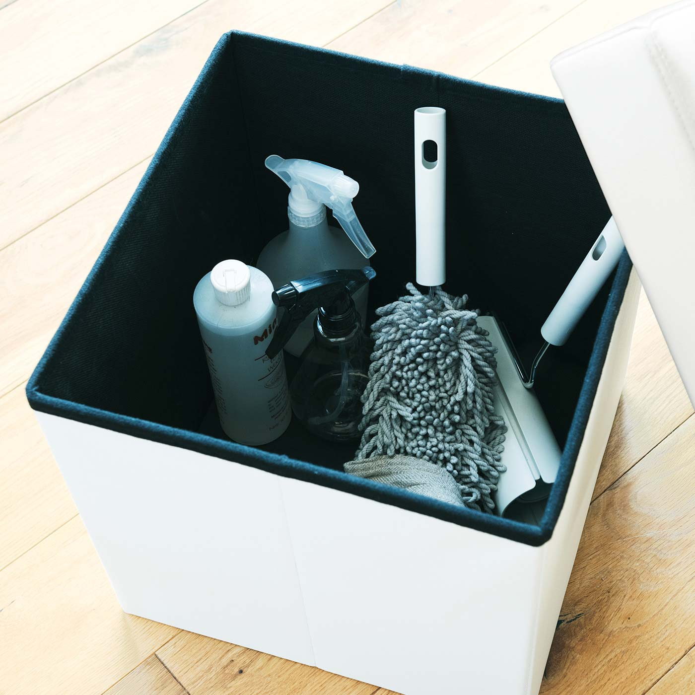 ブラック・ホワイトとも内側はクールなブラック。カーペットクリーナーやダスターなど、リビングのお掃除用具をおしゃれにカバー。おもちゃ入れにも。