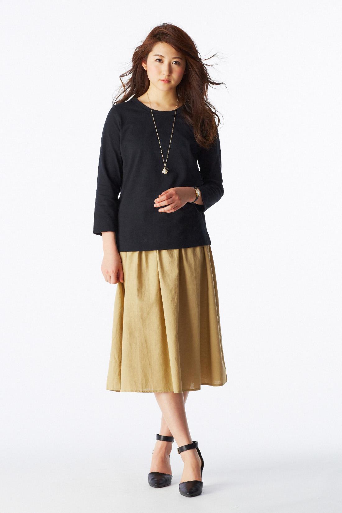 何枚でも欲しくなるベーシックなTシャツは、フェミニンなスカートに重ねたエフォートレスコーデが気分。アーバンモードな小物を選んで全体をモードに引き締めて。 ※着用イメージです。お届けカラーとは異なります。