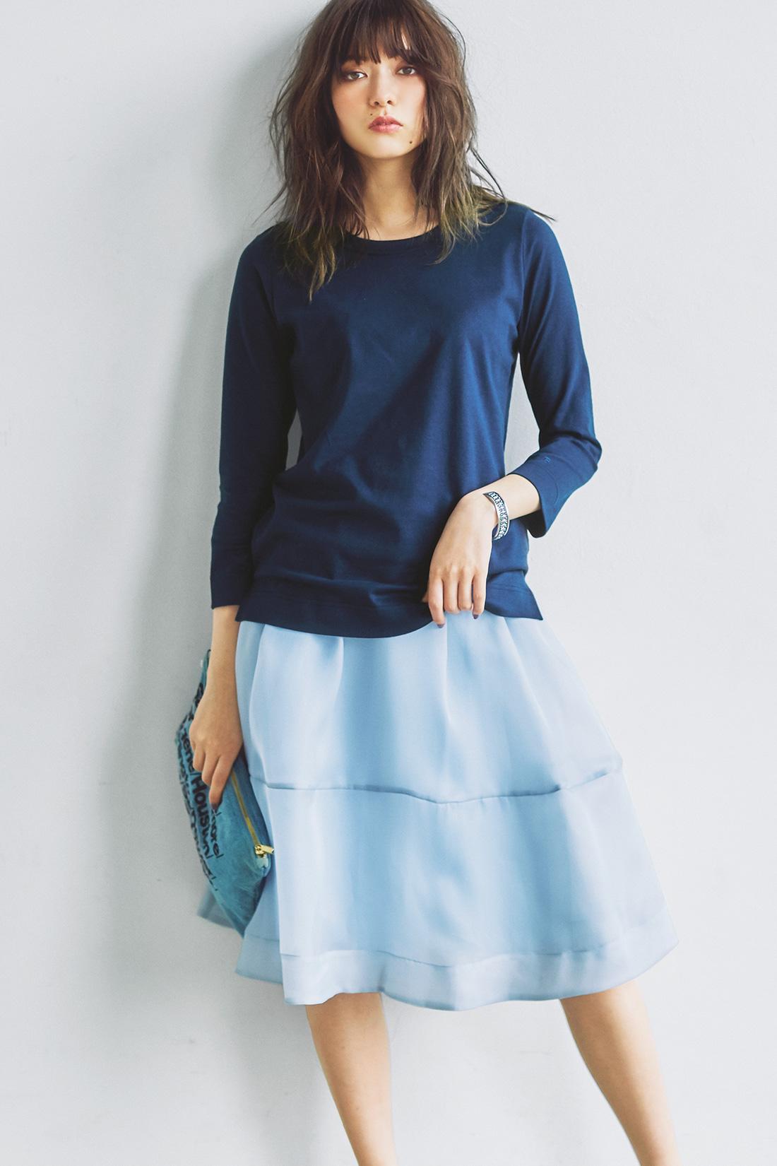 何枚でも欲しくなるベーシックなTシャツは、フェミニンなスカートに重ねたエフォートレスコーデが気分。アーバンモードな小物を選んで全体をモードに引き締めて。