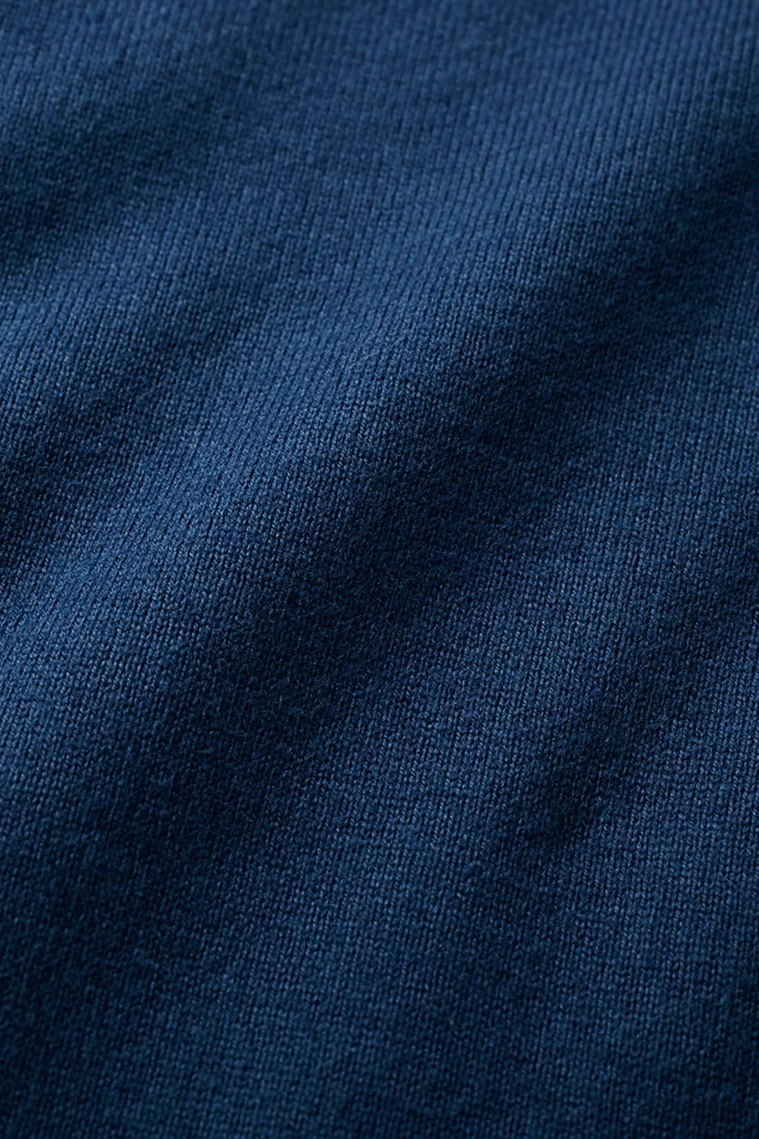 米国カリフォルニア州のサンフォーキンバレー特有の、綿花栽培に適した気候が育んだ上質なコットンを使用。撚(よ)りを甘くかけた糸で編み上げた、ふっくらソフトな着心地が特長です。