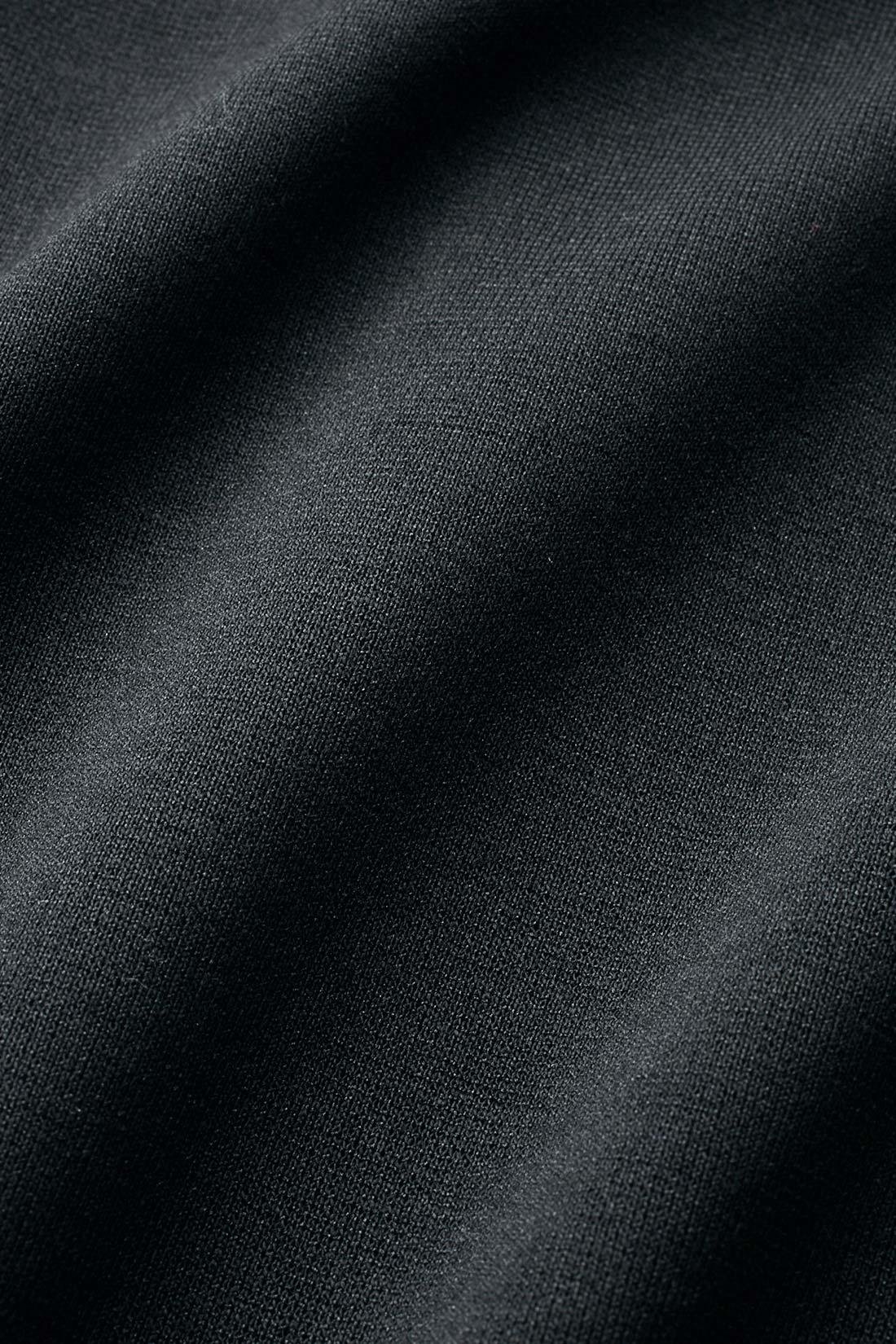きれいな表面感の厚手カットソーは動きやすさも抜群。