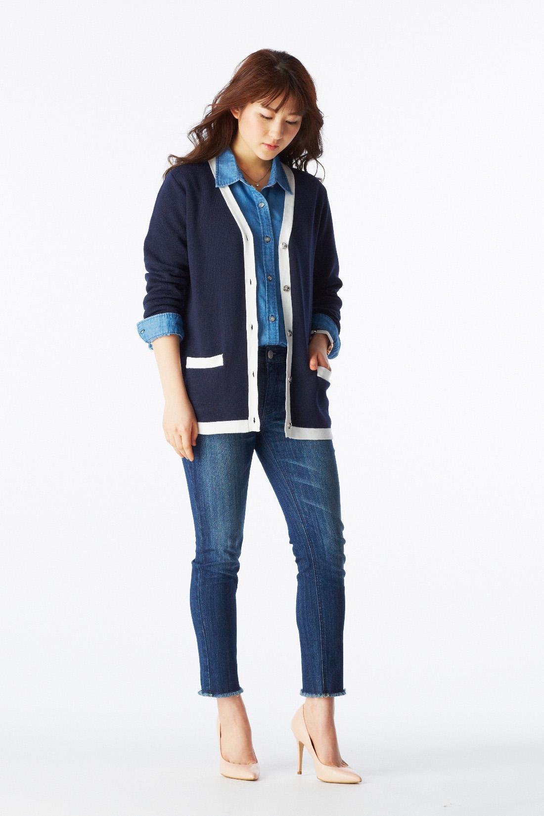 モデル身長:163cm 着用サイズ:Mジャケット並みのきちんと感が自慢のニットカーデは、上品なバイカラー遣いで新鮮に。きれいめパンツでキリリと締めつつ、足首のレースアップでほのかな甘さをプラスするのがララ的ネオ・ベーシック。