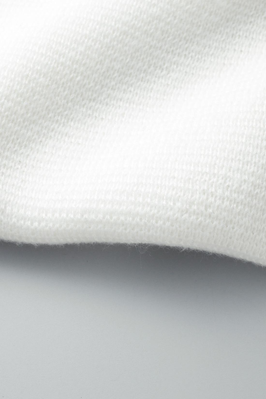 きれいめで張りがあり、目の詰まったしっかりとした編み地のミラノリブニット。きちんと感がありつつも、着心地は抜群なので、少しかしこまったシーンでも窮屈にならずに過ごせます。 ※お届けするカラーとは異なります。