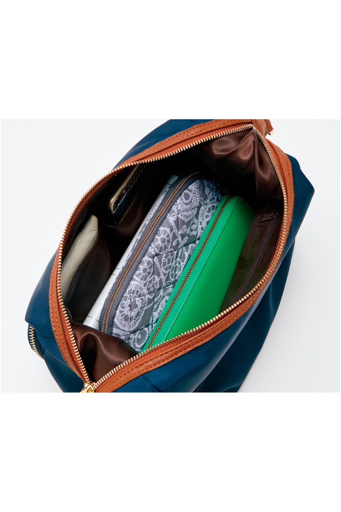 充実の内ポケット バッグ内迷子になりやすい細々アイテムは、内ポケットに小分けしながら、整理整とん。