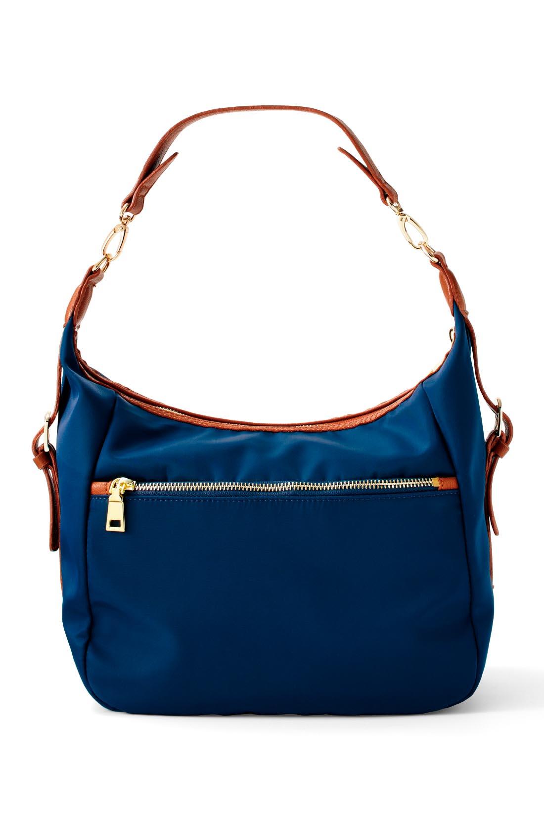 背面にもポケット コインケースや定期など、取り出し頻度が多い貴重品を入れるのに便利なファスナー付きポケット。