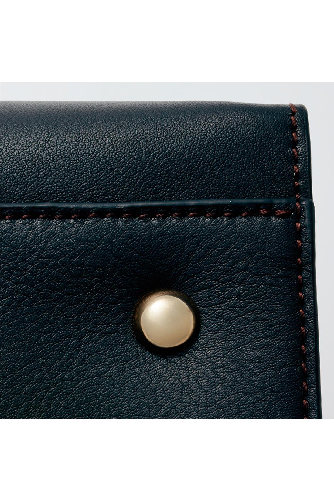 ほろ苦いチョコレート色 使いやすい、限りなくブラックに近いブラウンの本革素材。底面には4つの底びょう付きで安心。