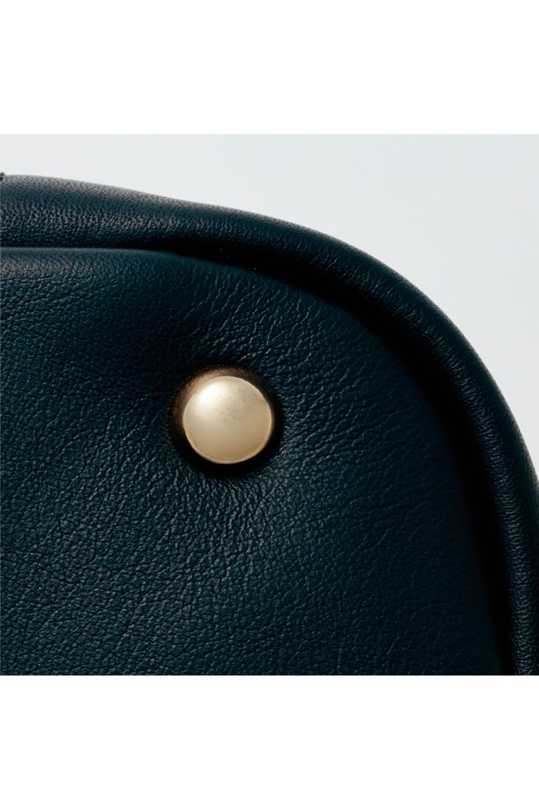 底びょう付きがうれしい 高級感と使いやすさの両方で満足できる、金色の底びょう。まち幅もたっぷりあります。