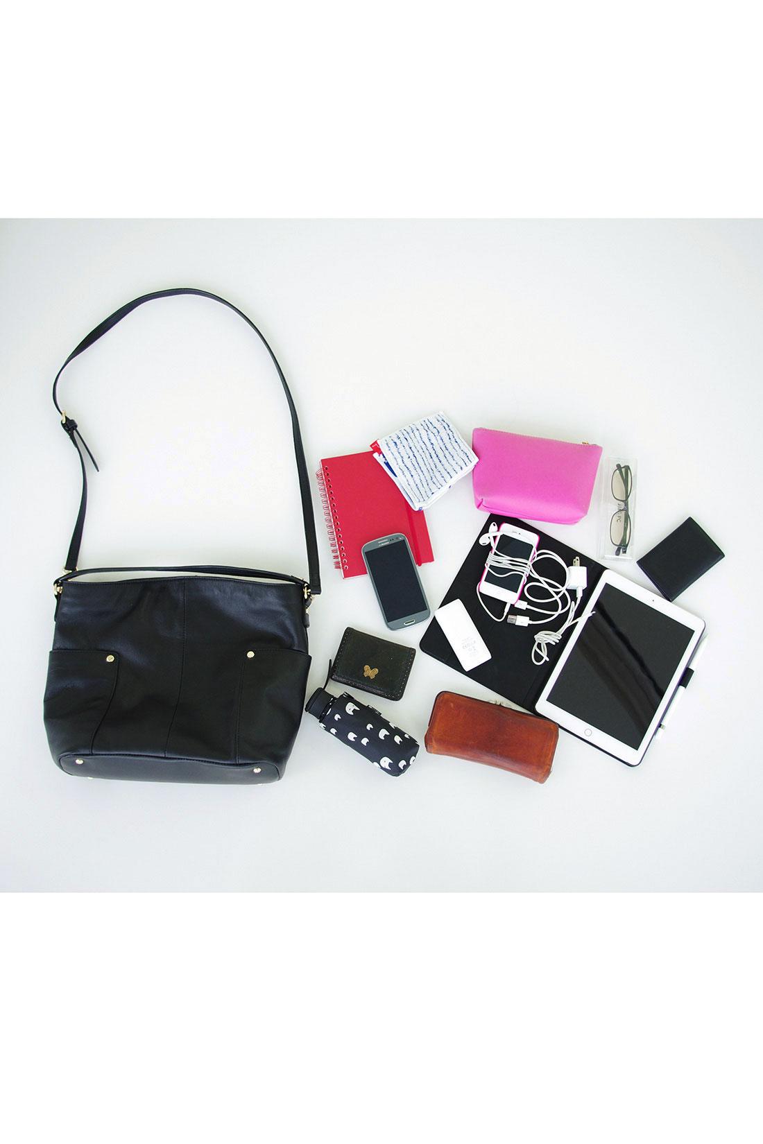 ハンカチ・手帳・携帯電話・定期入れ・折りたたみ傘・お財布・携帯充電器・携帯音楽プレイヤー・タブレット・お化粧ポーチ・めがね・文庫本が入ります。