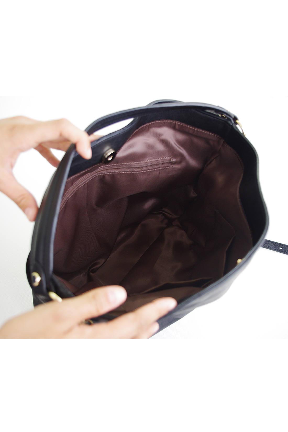 内側にはファスナー付きのポケットと、携帯電話や定期入れが、ぱっと出し入れできる内ポケット付き。