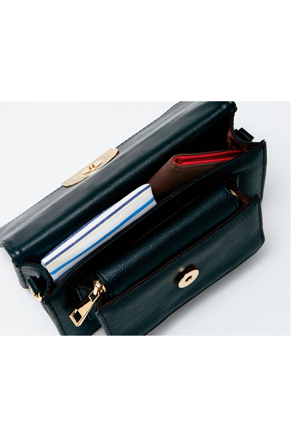 スマホも入るサイズ感 セットのお財布は指定席に。小さいながらもお出かけの必需品が、きちんと収まります。