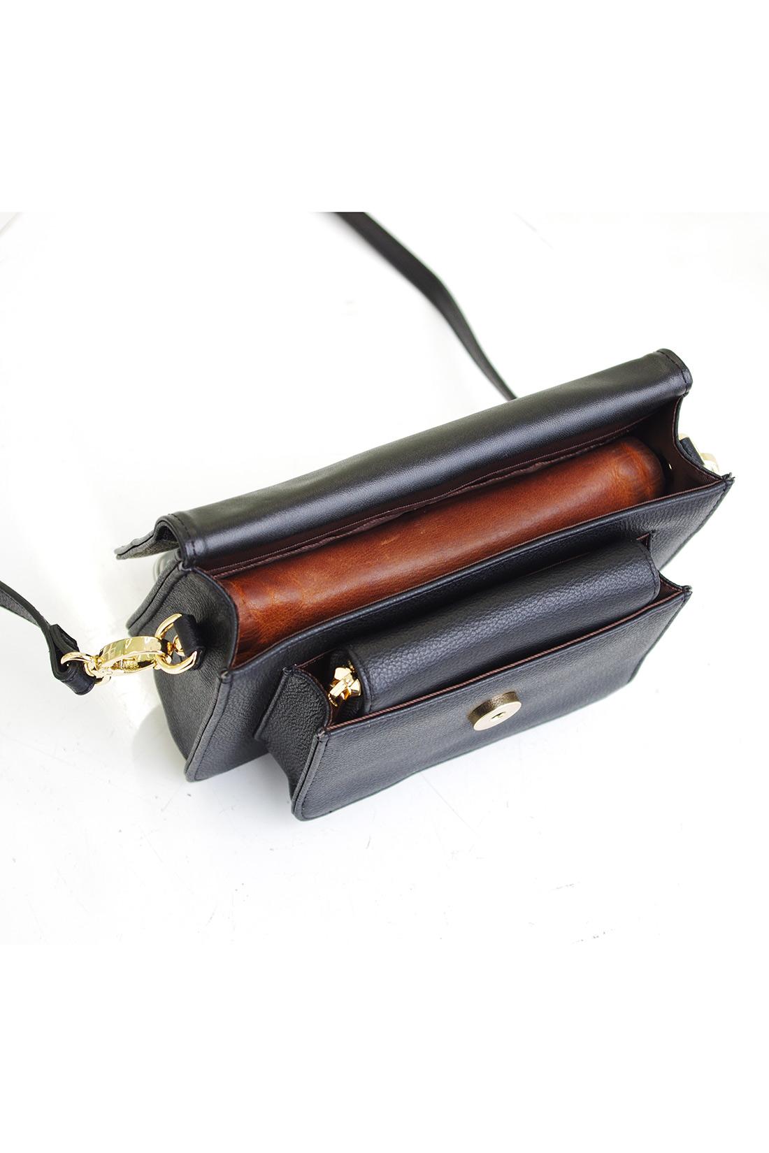 ポシェットの中の大きさは、横約18㎝、縦約9㎝、厚みが約3cmのお財布がすっぽり入るサイズです。