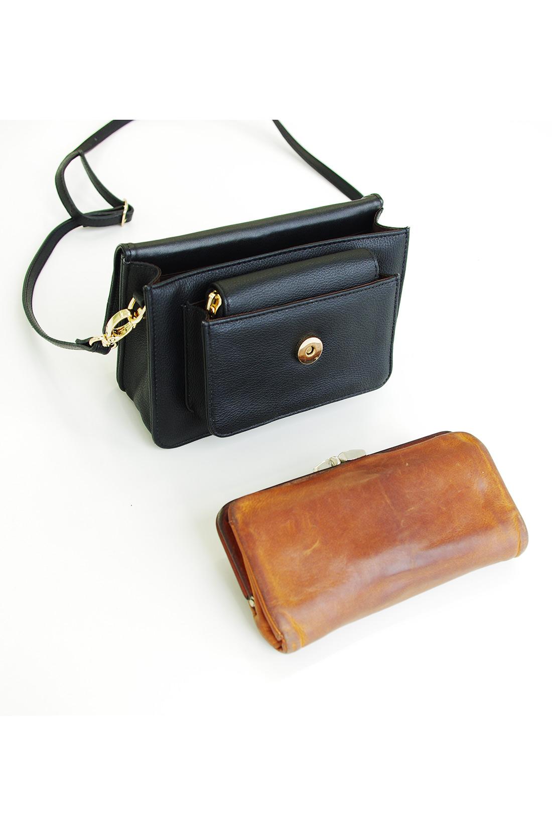 ポシェットの中の大きさは、横約18㎝、縦約9㎝、厚みが約3cmのお財布がすっぽり入るサイズです。ちょっとしたお出かけにかわいく付き添ってくれそうですね。
