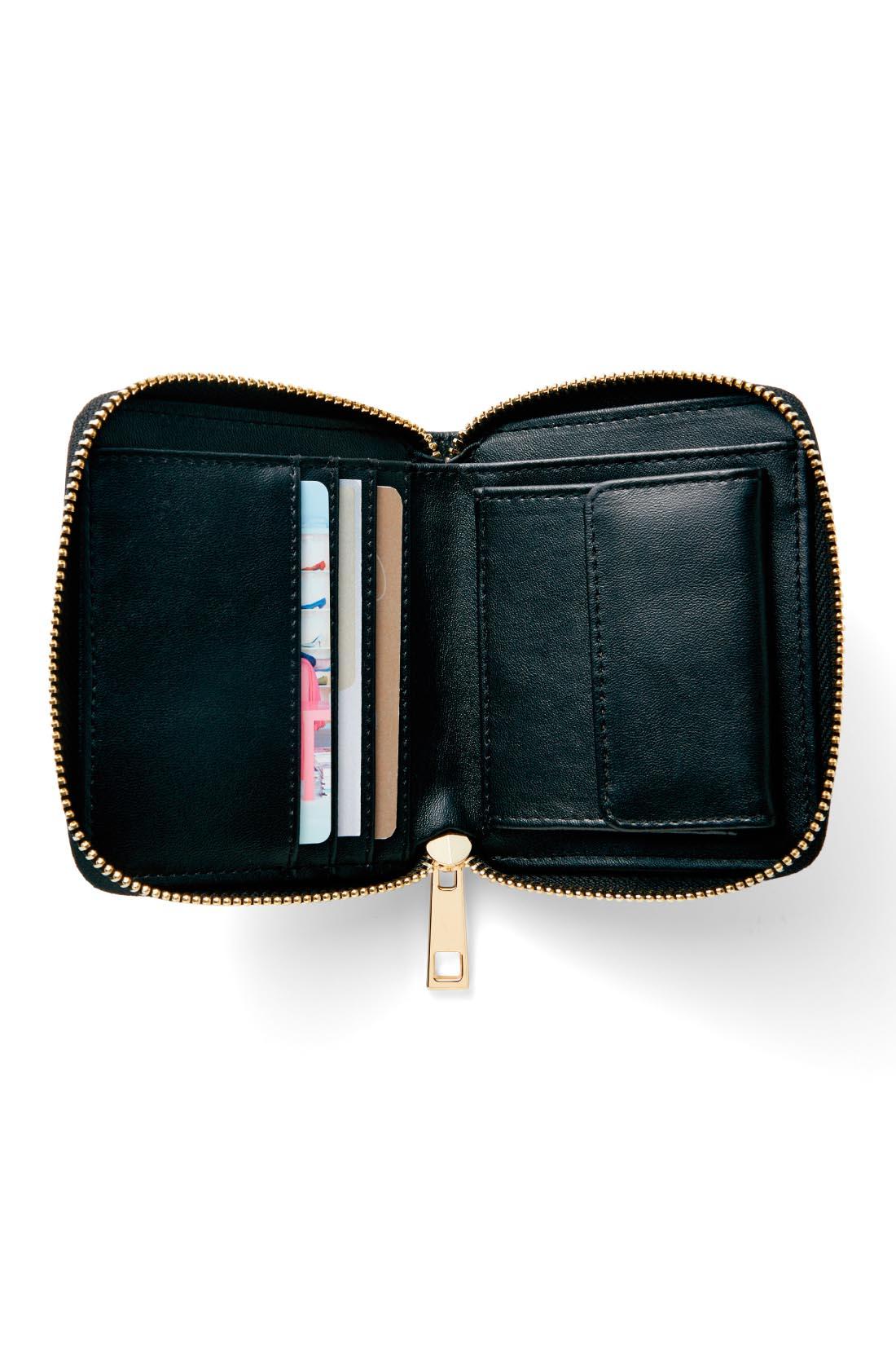 隠れた主役は多機能財布 同素材であつらえたポシェット専属ウォレット。お札にコイン、カードも4枚入る機能派。
