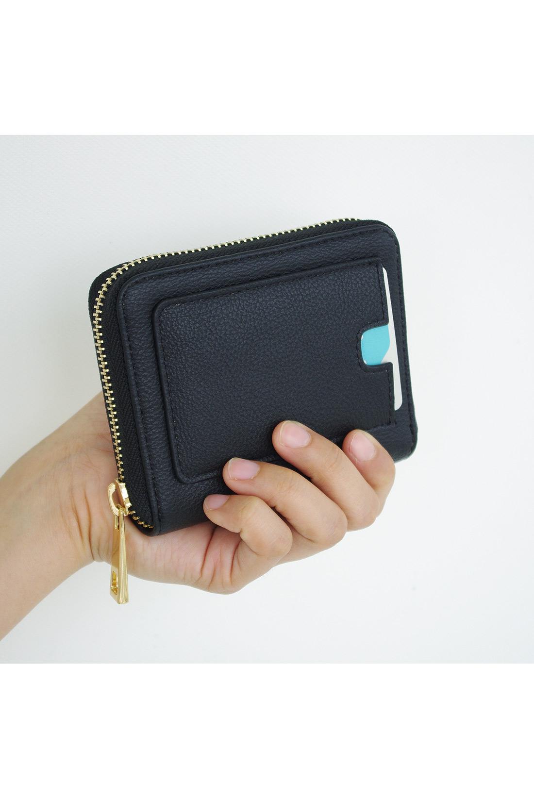 お財布はコンパクトサイズ。
