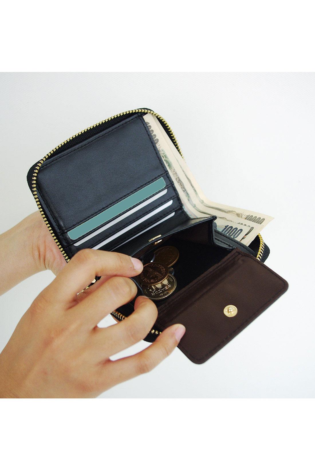 お札もカードも、小銭もたくさん入れても、膨らみにくいデザイン。コインが取り出しやすくて◎!