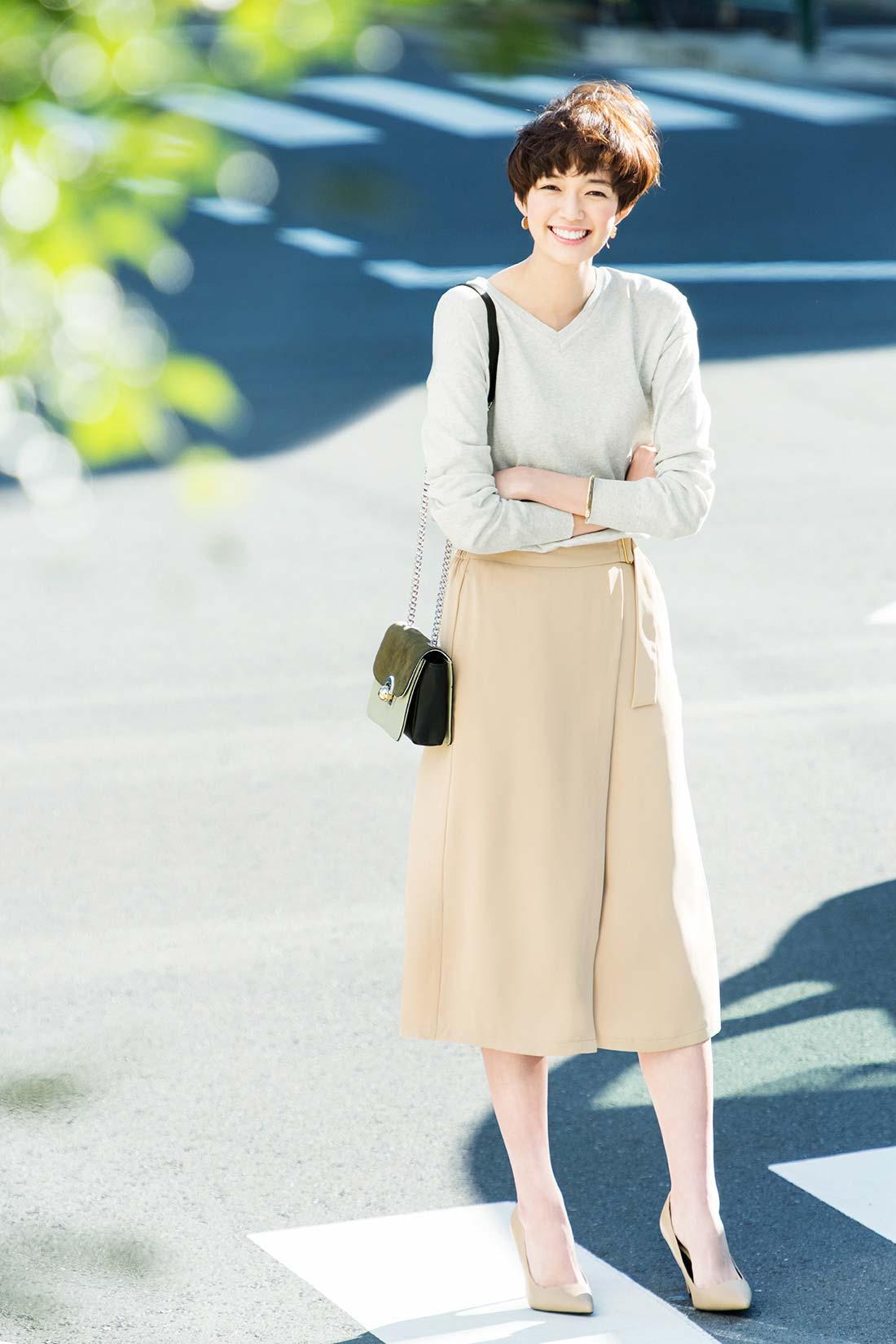ニュアンスカラーに心やわらぐ、クリーンな春スタイル。シルク混ニットで上質感を漂わせつつ、ラップスカート風のパンツで旬顔アピール。すらりとしたⅠラインシルエットも今っぽさの秘密です。